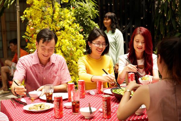 Khoác 'áo mới' đón Tết, Coca-Cola gói trọn cả sắc Xuân Việt