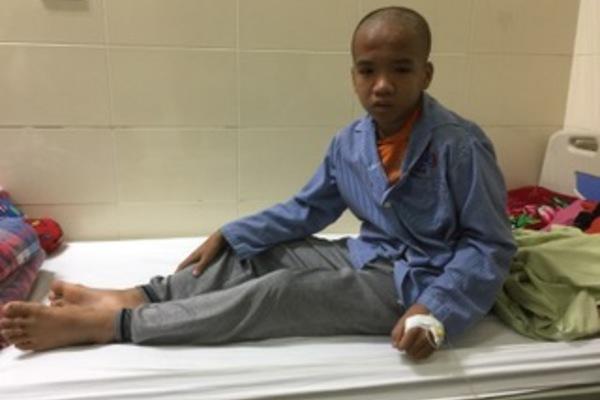 Xót xa bé trai bị di chứng chất độc màu da cam nay lại mắc ung thư
