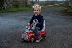Bé trai 'lái' ôtô đồ chơi ra đường tìm người cứu cha