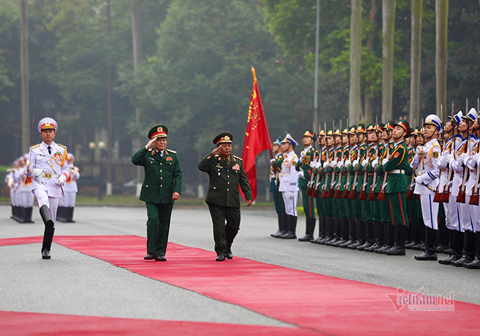 Phút tản bộ của Đại tướng Ngô Xuân Lịch với Bộ trưởng Quốc phòng 2 nước