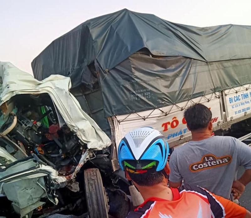 Cắm đầu vào đuôi xe chạy phía trước, tài xế xe tải tử vong