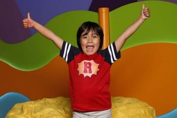 Cậu bé 8 tuổi kiếm 26 triệu USD từ YouTube