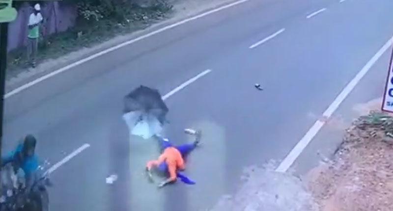 Clip suýt chết vì che ô khi đi xe máy
