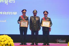 Bộ trưởng Ngô Xuân Lịch nhận 2 huân chương cao quý