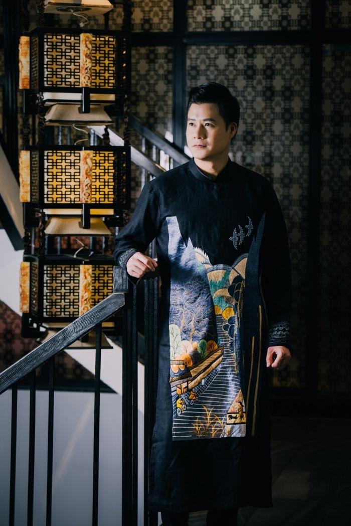Quang Dũng mặc áo dài thổ cẩm vùng cao