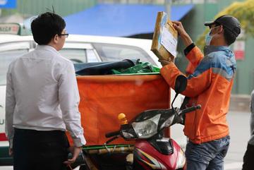 E-commerce threatens traditional markets, supermarkets in Vietnam