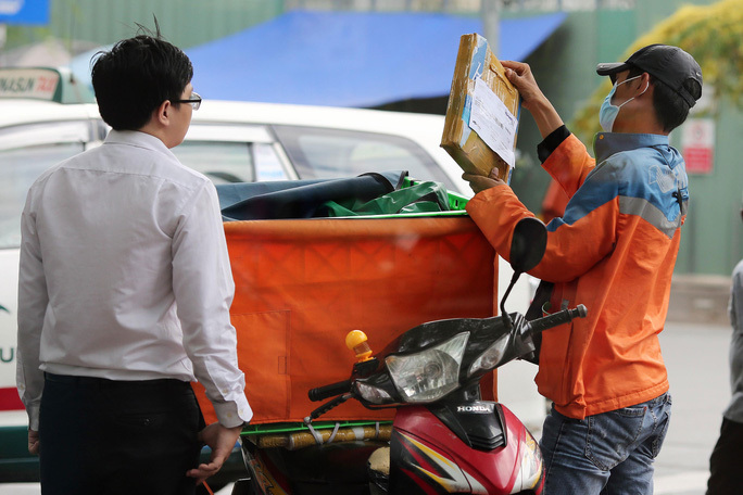 E-commerce threatens traditional markets, supermarkets in Vietnam