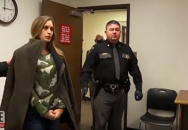 Cựu Hoa hậu bị bắt vì gửi ảnh khiêu dâm cho học sinh 15 tuổi