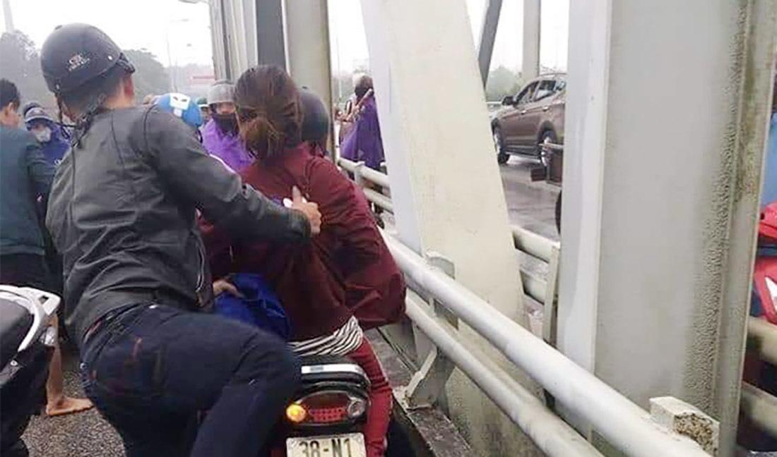 Thiếu tá quân đội lao theo cứu cô gái nhảy cầu Bến Thủy