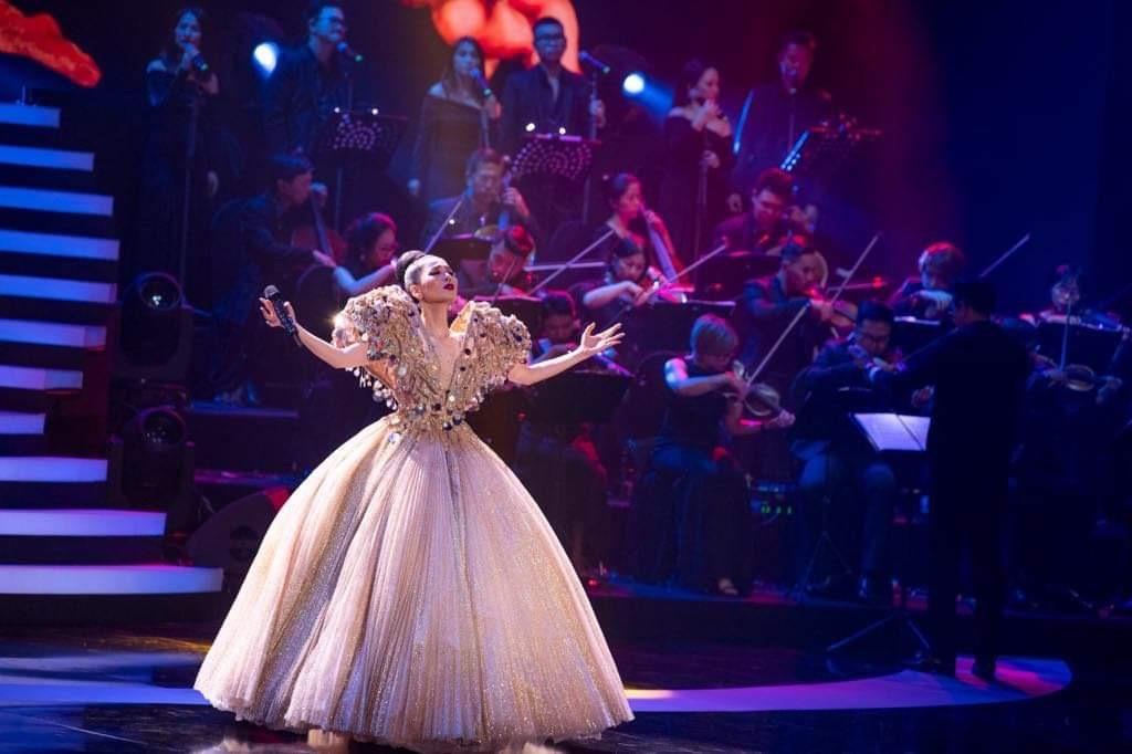 Lệ Quyên một mình hát 25 bài, mặc 8 bộ trang phục trong liveshow