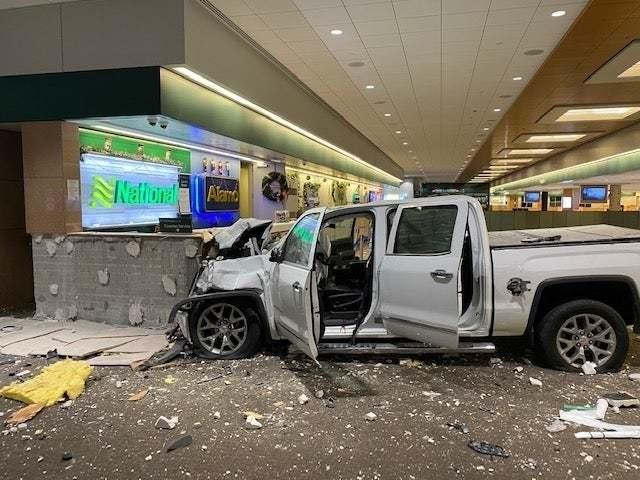 Xe điên lao vun vút tông thẳng vào sân bay Mỹ