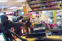 Dùng súng trường uy hiếp cướp cửa hàng như trong phim