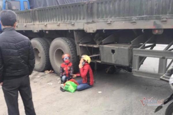 Cùng mẹ sang đường, bé gái 5 tuổi bị xe container cán chết