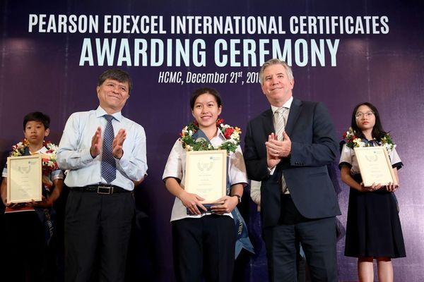 Gần 500 học sinh công lập được trao chứng chỉ phổ thông quốc tế Pearson Edexcel