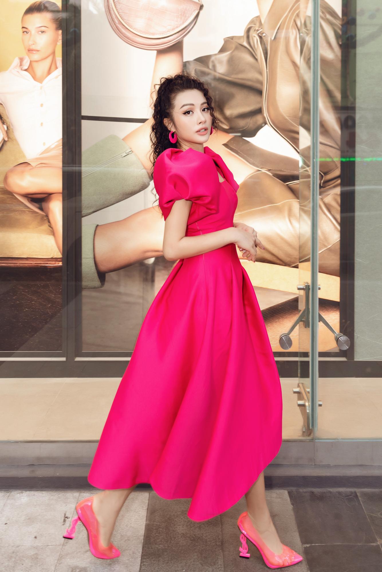 Yaya Trương Nhi khoe vẻ đẹp cuốn hút với tông hồng