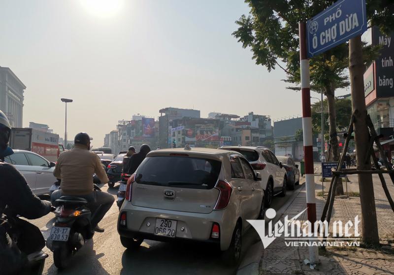 Xế hộp cụp gương đỗ dưới lòng đường Hà Nội, mặc kệ ùn tắc