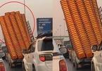 Xe chở thùng nhựa quá tải, nghiêng ngả trên đường