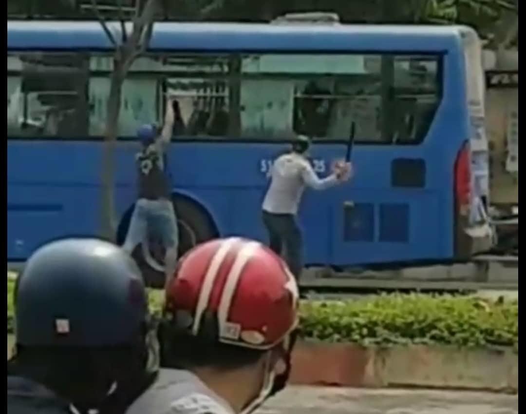 Xe buýt Sài Gòn bị nhóm người cầm hung khí đập vỡ kính trên phố