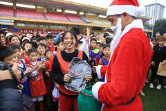 Sao Hà Nội hoá ông già Noel giúp fan nhí vui hết cỡ