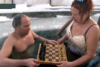 Người phụ nữ thích mặc áo tắm ngâm mình trong hố băng chơi cờ