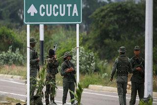 Phe đối lập Venezuela tấn công quân đội, cướp kho đạn