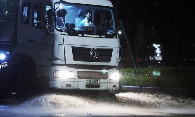 Hanoi resumes use of water trucks to wash away dust