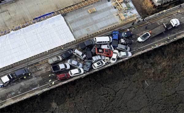 Cảnh tượng kinh hoàng, gần trăm ôtô đâm chồng lên nhau