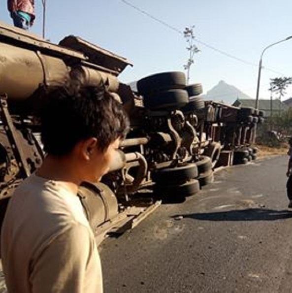 Xe đầu kéo lật trơ bụng, 2 người bị thương ở Sơn La