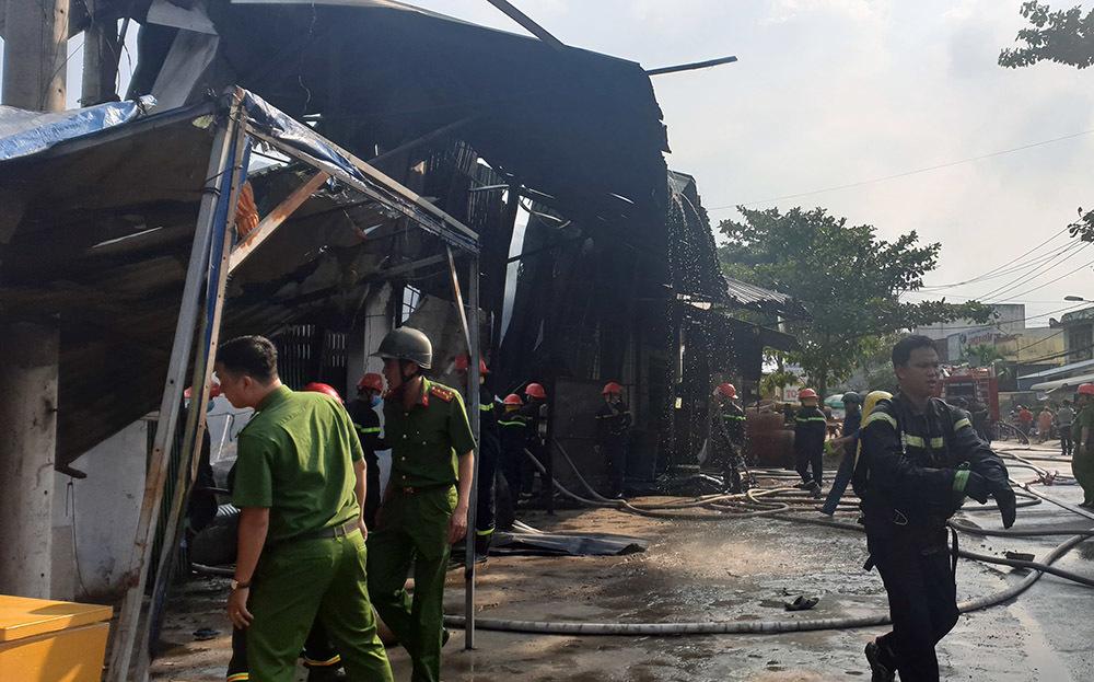 Cháy lớn ở Cần Thơ, cột khói đen bốc cao hàng trăm mét