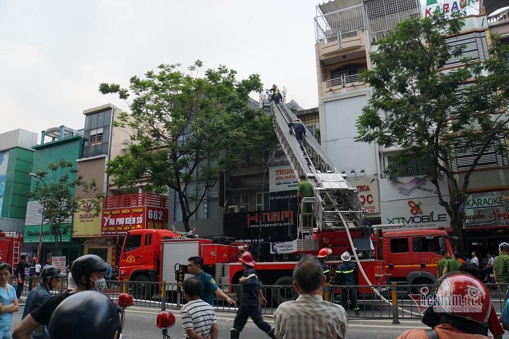 Cháy lớn căn nhà mặt tiền kinh doanh điện tử ở Sài Gòn