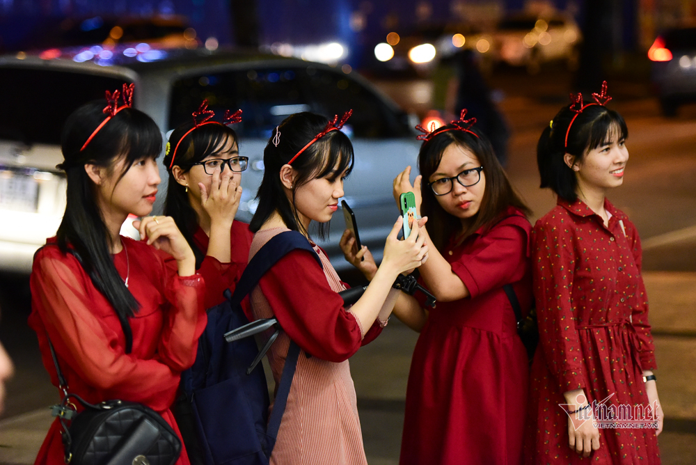 Người Sài Gòn rộn ràng đi chơi Noel