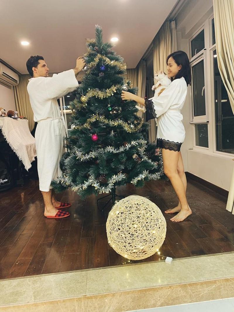 Hari Won khoe mẹ ruột, Hồ Ngọc Hà khoe quà 'kim cương' mừng Noel