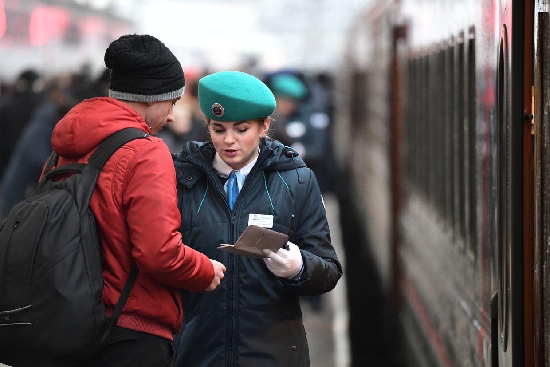 Hình ảnh Putin làm hành khách tàu hỏa đầu tiên băng qua cầu Crưm