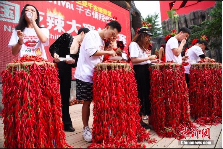 Xem nam thanh, nữ tú đua nhau ăn ớt để lập kỷ lục
