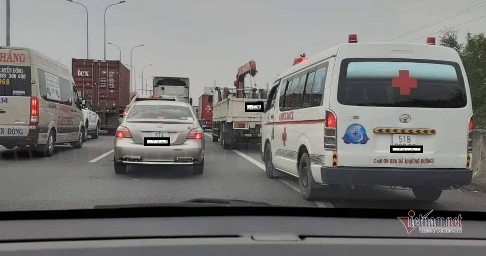 Cả loạt ô tô 'ngáng' làn khẩn cấp trên cao tốc, xe cấp cứu mắc kẹt