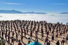 Học sinh tăm tắp tập thể dục giữa bốn bề mây trắng