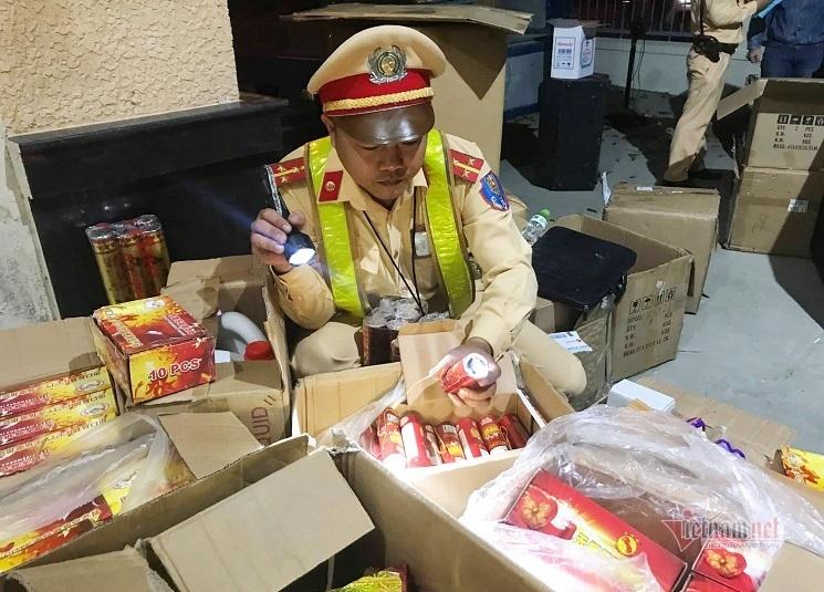 Tài xế xe tải dùng loa thùng ngụy trang để chở rượu, pháo Trung Quốc
