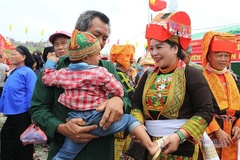Đám cưới Lạng Sơn, chú rể vái lạy hơn 300 lần, cô dâu thay áo giữa đường