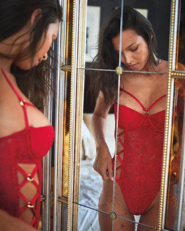 Dàn mẫu Victoria's Secret diện nội y rực đỏ đón Noel