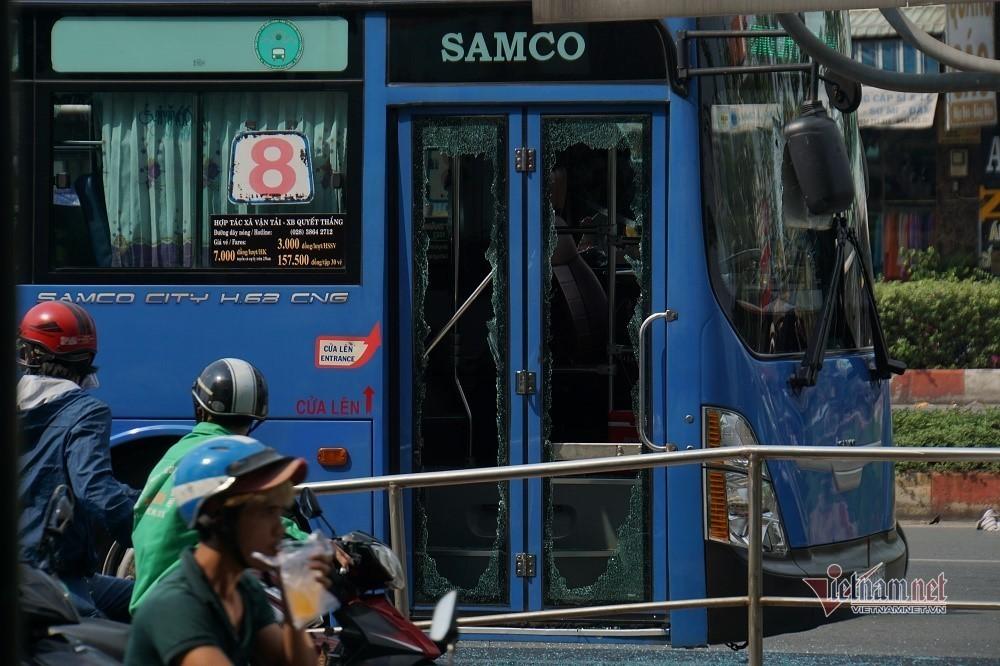 Công an mời thanh niên đập phá xe buýt trên phố Sài Gòn lên làm việc