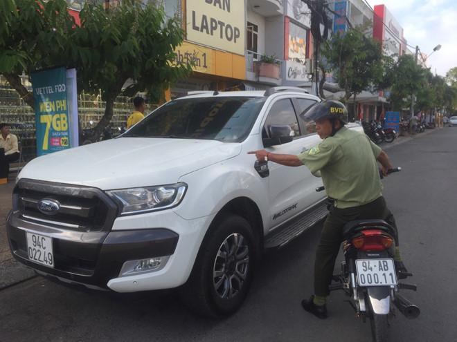 Gã đàn ông ngông cuồng chém hàng loạt ô tô đậu trên phố