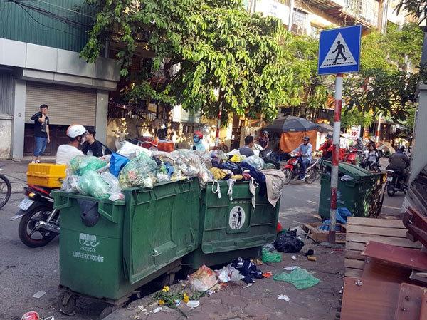 Nam Son rubbish dump,residents blocked lorries transporting rubbish