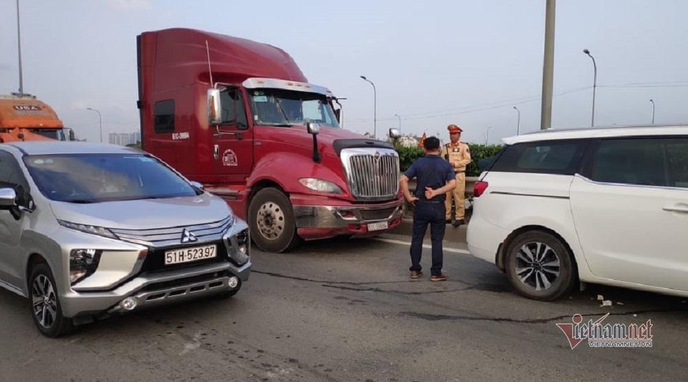 Tông liên hoàn xe container ngáng cao tốc, cửa ngõ Đông Sài Gòn kẹt cứng