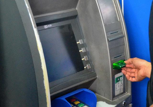 Lạ đời, cả huyện không có máy ATM nhưng buộc cán bộ nhận lương qua thẻ