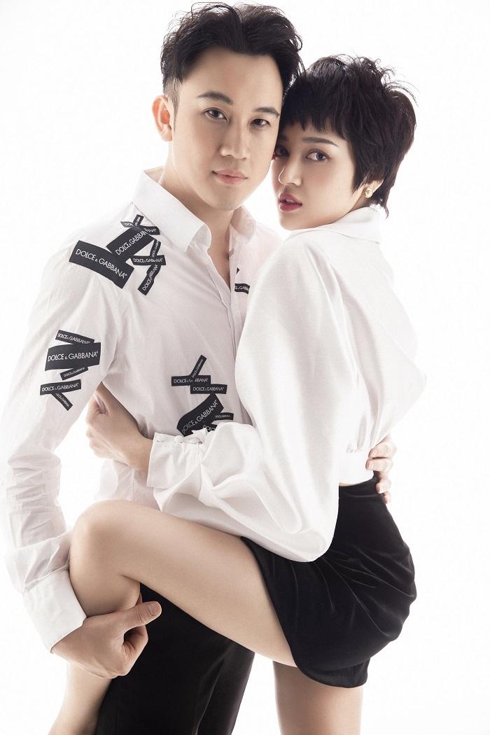 Bảo Anh ôm ấp Dương Triệu Vũ trong sách ảnh