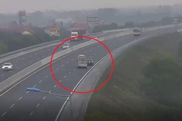 Xế hộp đi lùi trên cao tốc Hà Nội - Hải Phòng, xe khách loạng choạng suýt lật