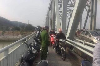 Thanh niên 28 tuổi để lại xe máy, nhảy cầu Bến Thủy tự tử