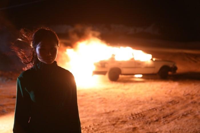 Miu Lê đập, đốt xe hơi trong MV mới