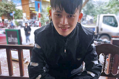 Chàng trai người H'Mông đứng dưới mưa đợi trả ví cho người mất