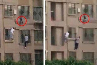 """""""Người nhện"""" tay không trèo nhà tầng cứu bé lơ lửng ngoài cửa sổ"""